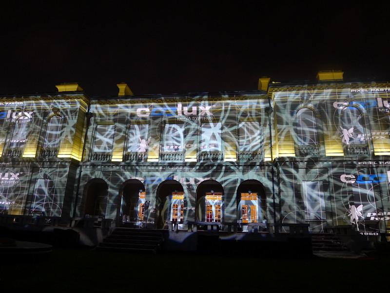 2011年金秋11月1日夜,汇丰银行在百年地标——外滩源壹号(原英国领事馆)荣耀举办了2011世锦赛—汇丰冠军赛欢迎酒会。    百米红毯上巨星云集,星光璀璨。众多世界排名前十的顶尖高尔夫球手如李·维斯特伍德(Lee Westwood)、罗里·麦克罗伊(Rory McIlroy)、马丁·凯梅尔(Martin Kaymer)和亚当·斯科特(Adam Scott)悉数到场。作为影坛领杆者巩俐的到场易抹杀菲林无数。